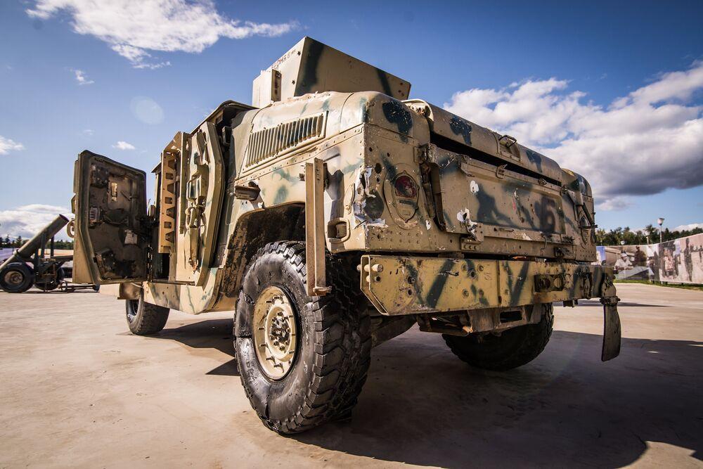 سيارة هامر الأمريكية، في معرض الأسلحة التي تم حجزها من المسلحين في سوريا، كجزء من المنتدى الفني العسكري الدولي الرابع أرمي 2018 (الجيش 2018) في كوبينكا