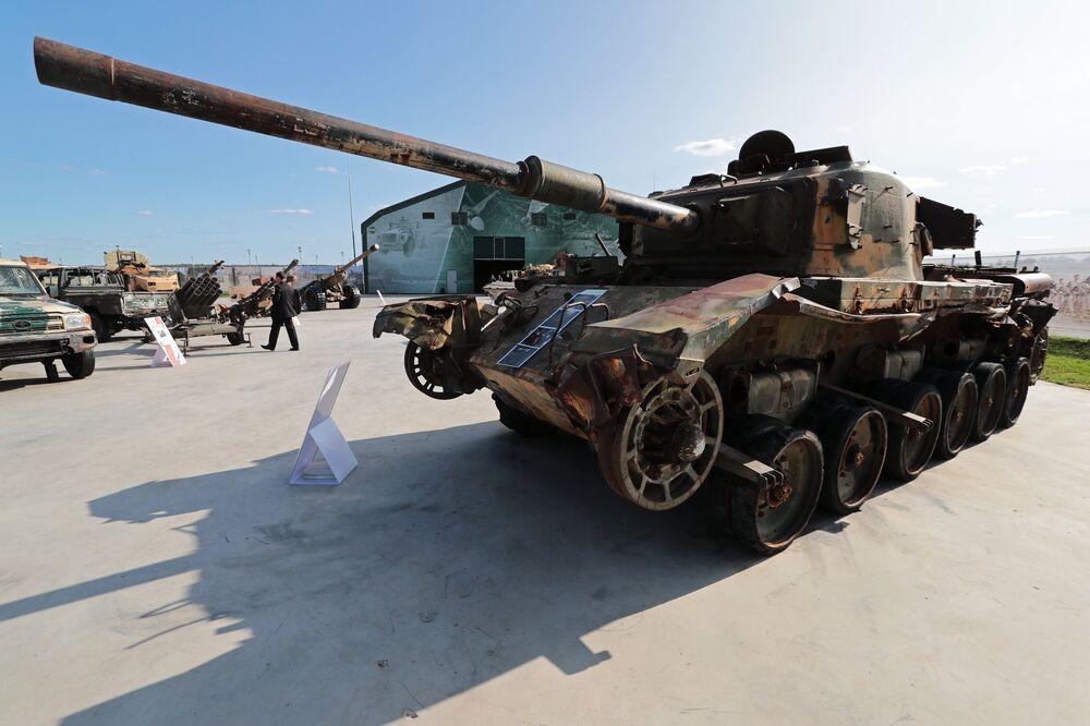 دبابة سنتوريون البريطانية في معرض الأسلحة التي تم حجزها من المسلحين في سوريا، كجزء من المنتدى الفني العسكري الدولي الرابع أرمي 2018 (الجيش 2018) في كوبينكا