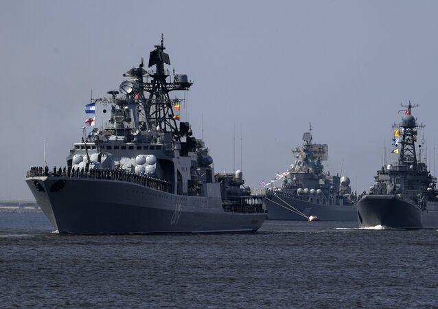 الطراد الروسي مارشال أوستينوف وسفينة سيفيرومورسك وسفينة الإنزال الكبية كوروليوف
