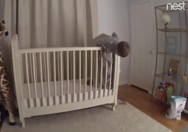 أب ينقذ طفل قبل سقوطه بسرعة خاطفة (فيديو)
