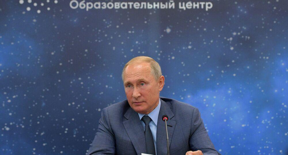 بوتين، خلال لقائه مع الفائزين في الأولمبياد الدولية 2017-2018 في المركز التعليمي سيريوس