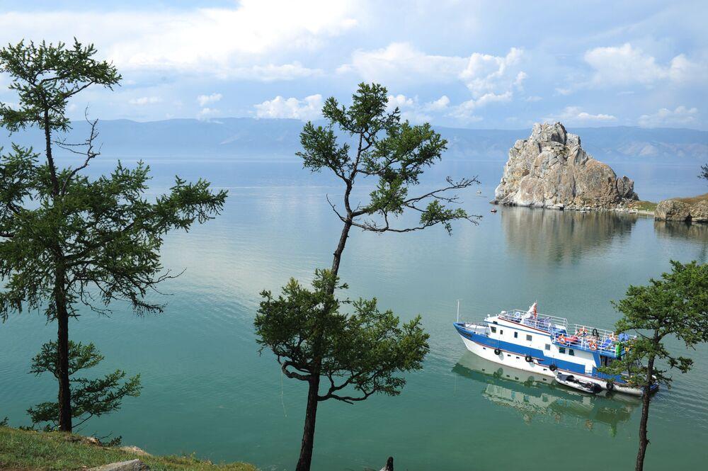 قارب يمر بجوار جزيرة أولخو في بحيرة بايكال