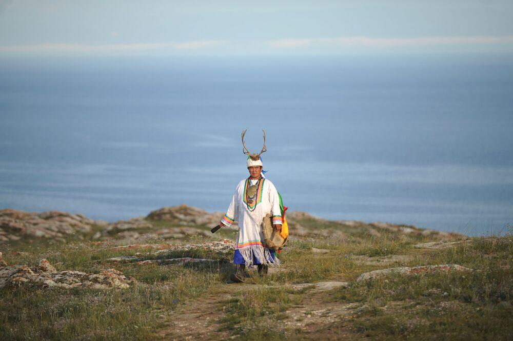المشعوذ فالنتين خاغداييف في جبال بحيرة بايكال