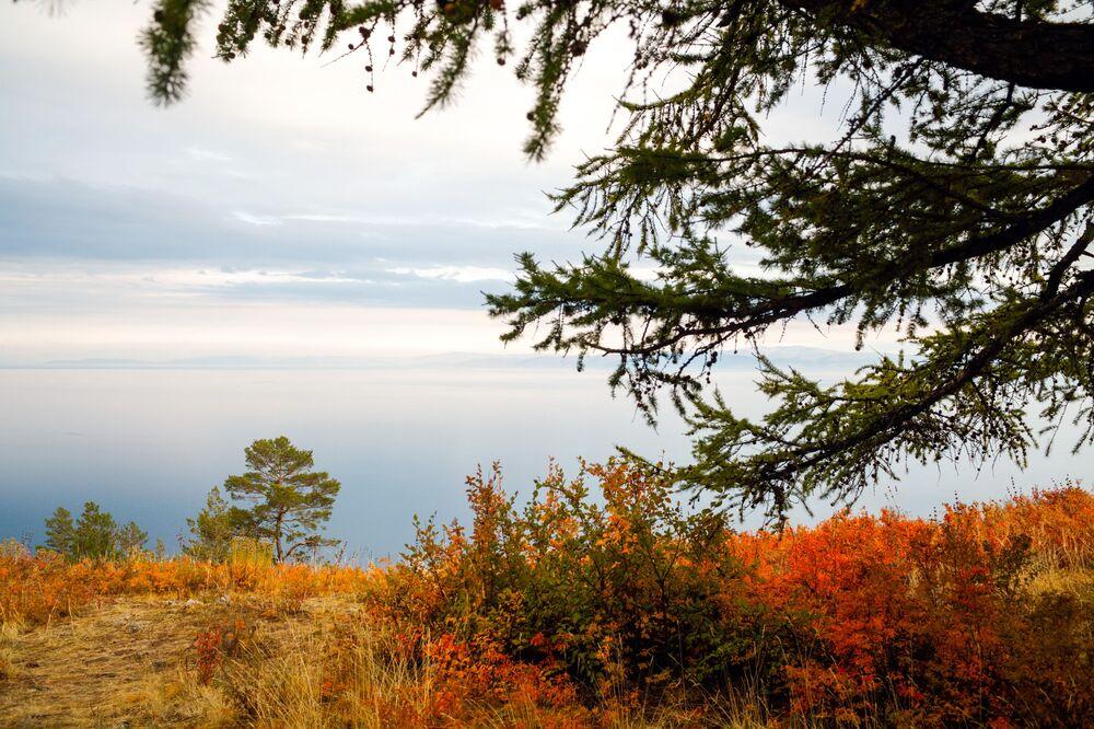 مشهد من جزيرة أولخون يطل على بحيرة بايكال