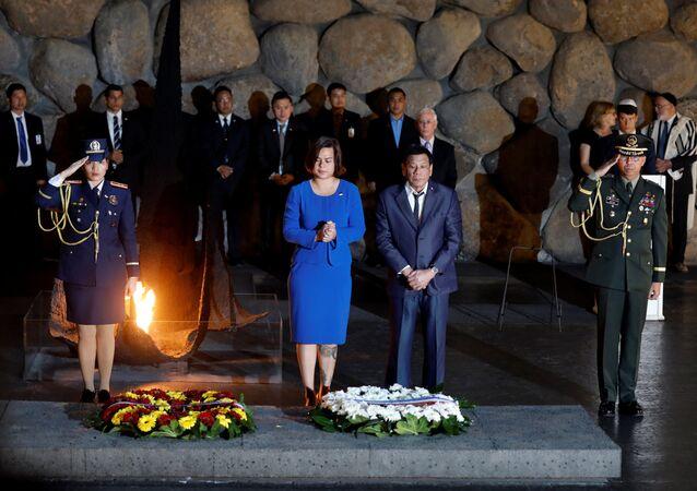 الرئيس الفلبيني خلال زيارته إلى نصب ياد فاشيم التذكاري إلى جانب ابنته سارة