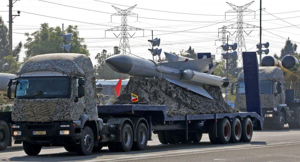 شاحنة عسكرية إيرانية تحمل صواريخ خلال استعراض بمناسبة يوم الجيش السنوي للبلاد في 18 أبريل 2018