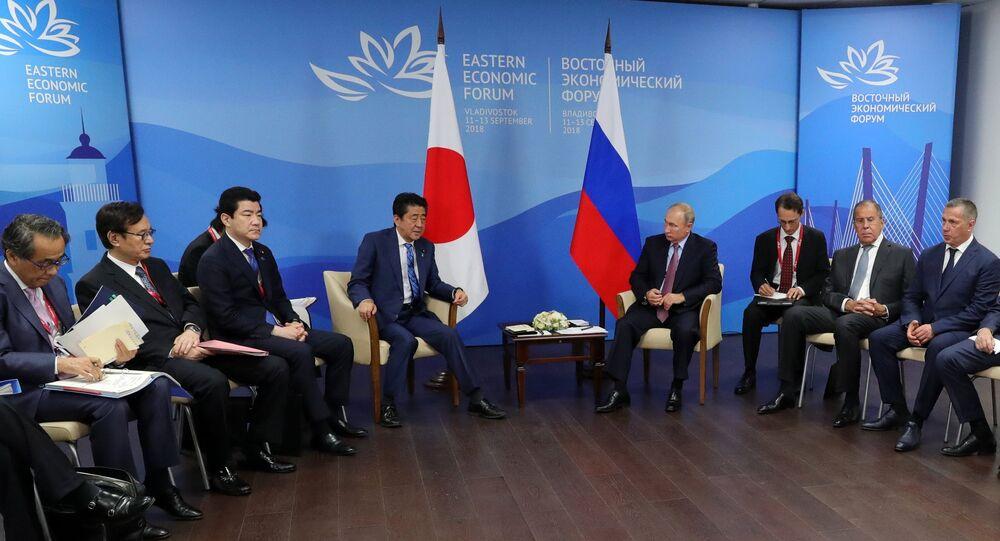 الرئيس الروسي فلاديمير بوتين ورئيس الوزراء الياباني في لقاء عمل في فلاديفاستوك