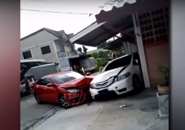 زوجان يحطمان سياراتيهما في تايلاند