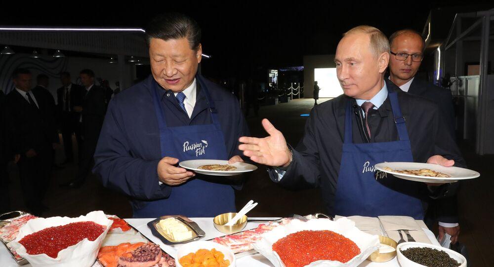 الرئيسان الروسي فلاديمير بوتين والصيني يطهوان الفطائر