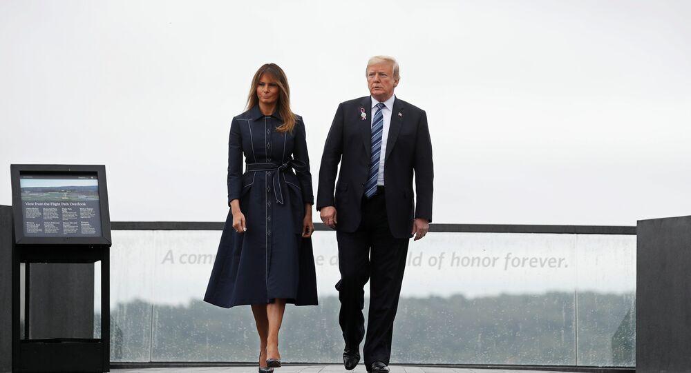 الرئيس الأمريكي دونالد ترامب وزوجته ميلانيا ترامب يقومان بجولة في النصب التذكاري الوطني لرحلة الطيران 93 بالقرب من شانكسفيل بولاية بنسلفانيا، 11 سبتمبر/أيلول 2018