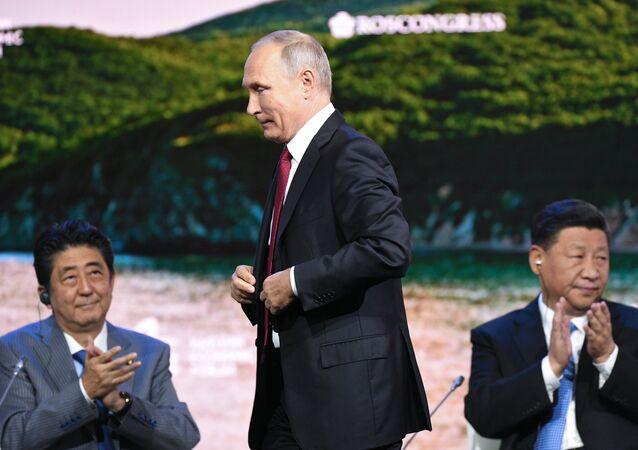 الرئيس الروسي بوتين ورئيس الوزراء اليابان شينزو أبي