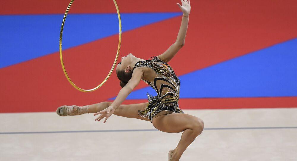 دينا أفيرينا، لاعبة الجمباز الإيقاعي