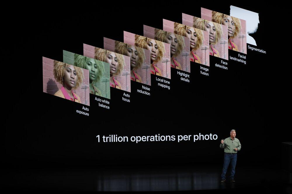 نائب رئيس شركة آبل للتسويق، فيليب شير، يعرض هواتف iPhone Xs و iPhone Xs Max