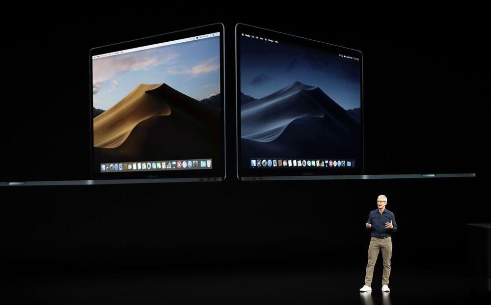 الرئيس التنفيذي لشركة آبل، تيم كوك، يعرض جهاز ماك بوك الجديد