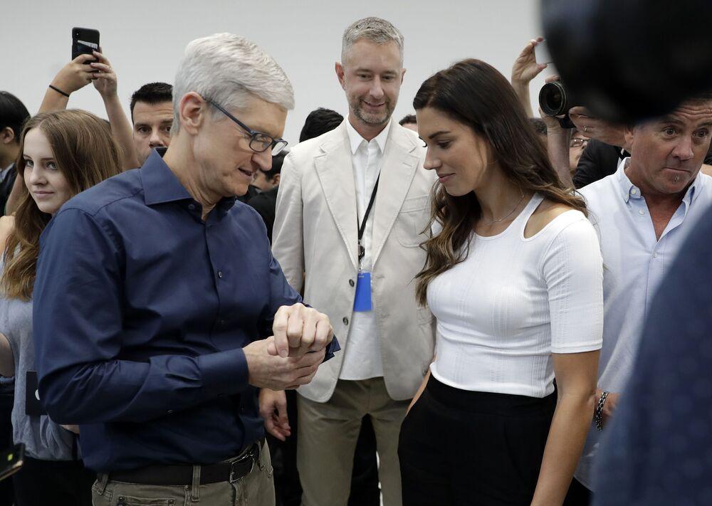 الرئيس التنفيذي لشركة آبل، تيم كوك، يتفحص ساعة  Apple Watch 4 الجديدة