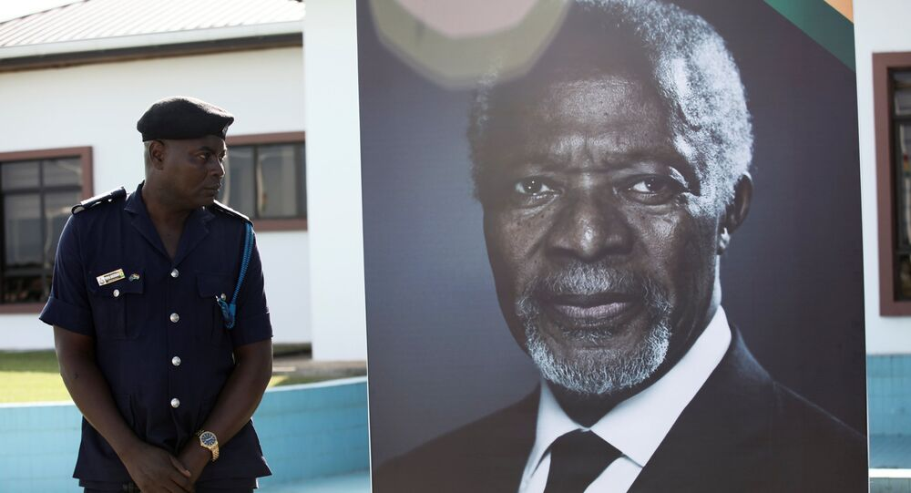 ضابط أمن ينظر إلى ملصق للأمين العام السابق للأمم المتحدة كوفي عنان قبل وصول نعشه قبل جنازته الرسمية في أكرا، 10 سبتمبر/أيلول 2018