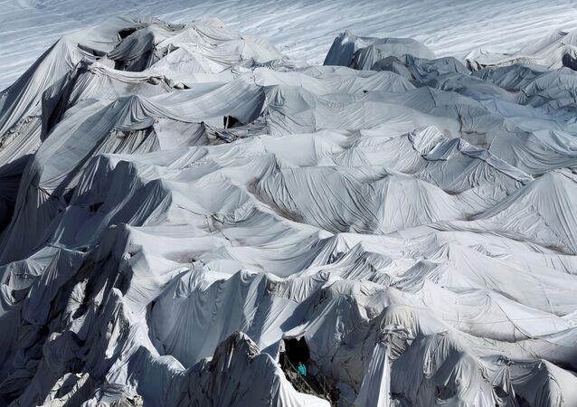 كهف جليدي في سويسرا