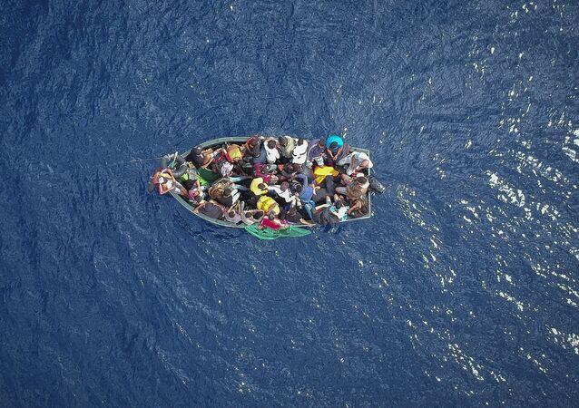 قارب يحمل مهاجرين في مضيق جبل طارق
