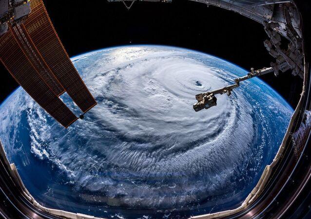 رائد الفضاء على محطة الفضاء الدولية، ألكسندر غيرست، يلتقط صورة لإعصار فلورنس الذي اجتاح ولاية نورث كارولينا (كارولينا الشمالية)، الولايات المتحدة  13سبتمبر/ أيلول 2018
