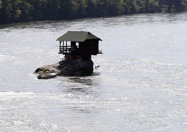 منزل خشبي على نهر درينا في صربيا