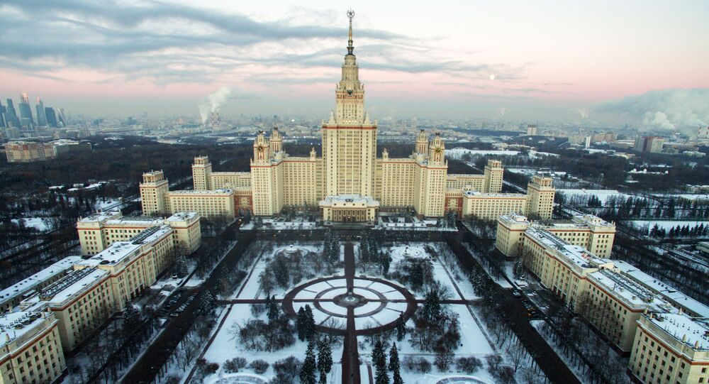 مشهد يطل على المبنى الرئيسي لجامعة موسكو الحكومية في فوروبيوفي غوري (تل الدويري)
