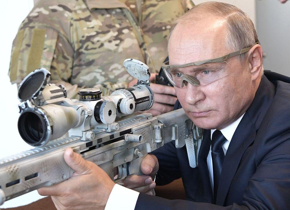 الرئيس فلاديمير بوتين يطلق النار من بندقية كلاشنيكوفالمتطورة الحديثة - بندقية تشوكافين (إس في تشي - 308)، 19 سبتمبر/ أيلول 2018