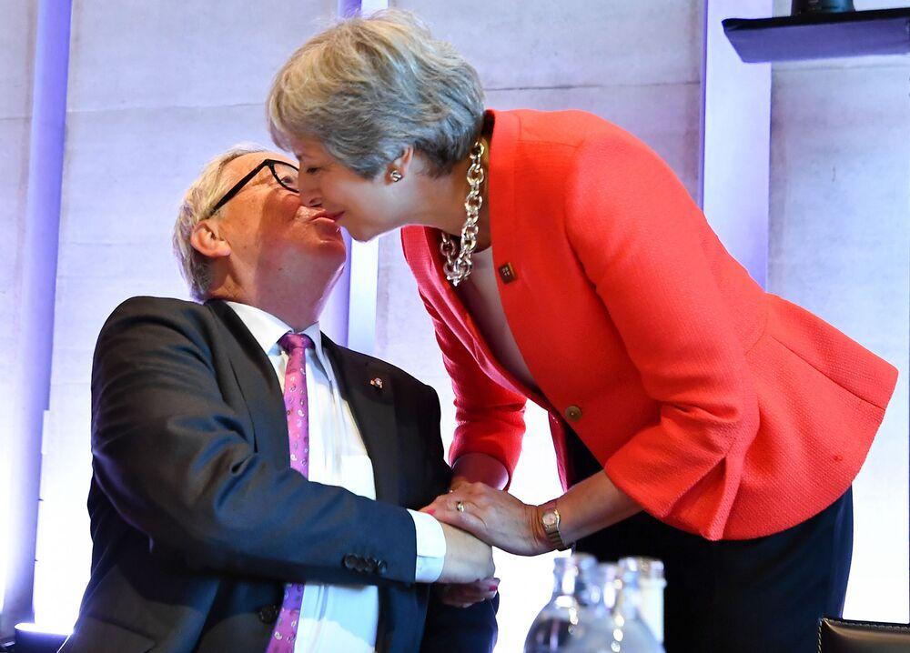 رئيسة الوزراء البريطانية تيريزا ماي ورئيس لجنة الاتحاد الأوروبي جان-كلود يونكير يرحب برئيسة الوزراء البريطانية تيريزا ماي خلال قمة غير رسمية لرؤساء الاتحدا الأوروبي في سالزبورغ، النمسا 20 سبتمبر/  أيلول 2018