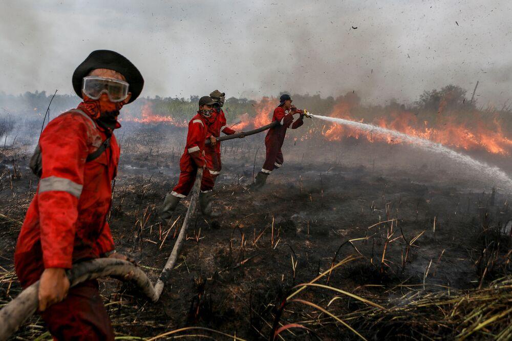 رجال إطفاء الحريق في منقطة أوغان-إيلير في جنول سومطرة، إندونيسيا 18 سبتمبر/ أيلول 2018