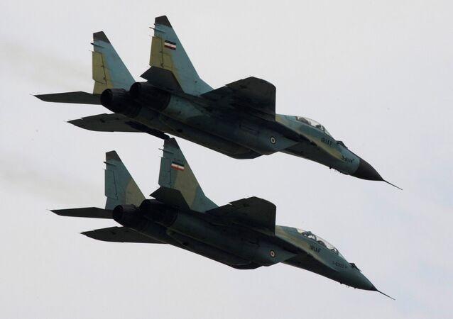 طائرات سوخوي إيرانية تحلق خلال عرض عسكري في البلاد