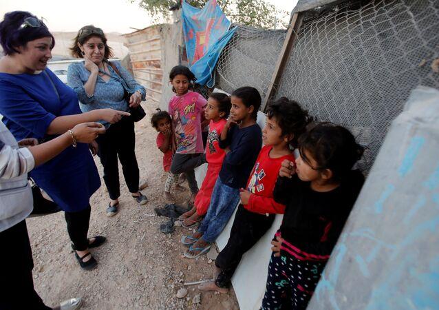أعضاء من الوفد الاوروبي يلتقون اطفالا من قرية خان الأحمر في الضفة الغربية