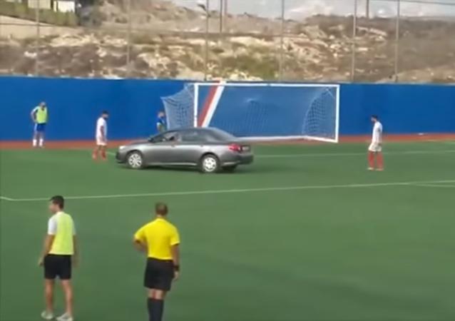 سيارة داخل الملعب