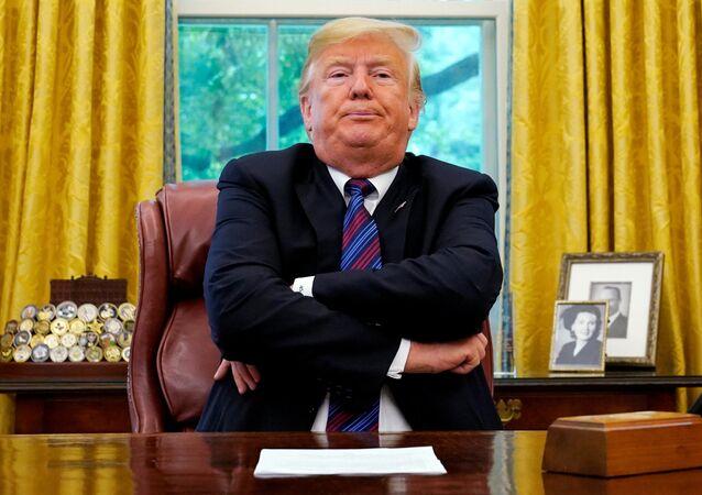 الرئيس الأمريكي دونالد ترامب في مكتبة بالبيت الأبيض