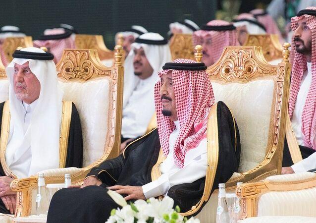 الملك سلمان أثناء تدشين قطار الحرمين الشريفين