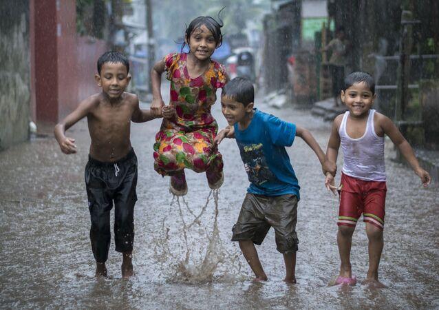 صورة بعنوان السعادة في يوم ممطر للمصور البنغلاديشي فاردن أويان، الفائز بجائزة بين المرشحين في فئة مصور البيئة اليافع لعام 2018