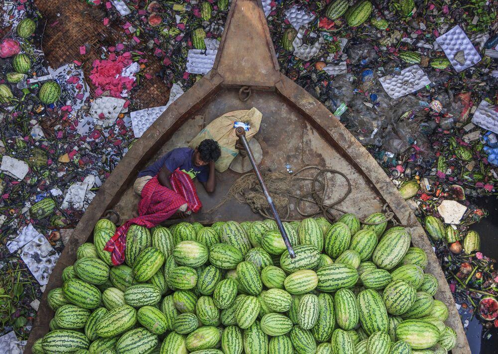 صورة بعنوان حياة عائمة على نهر ملوث للمصور الهندي تابان كارماكار، الفائز بجائزة بين المرشحين في فئة يوصر بشدة