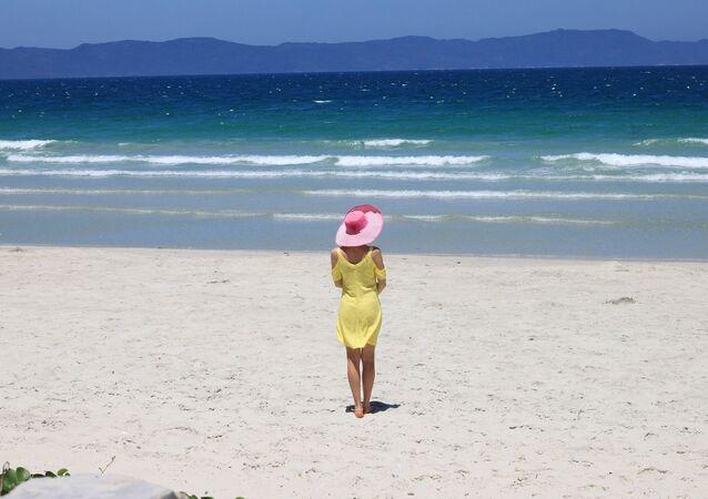 فتاة تقف على شاطئ بحر في فييتنام