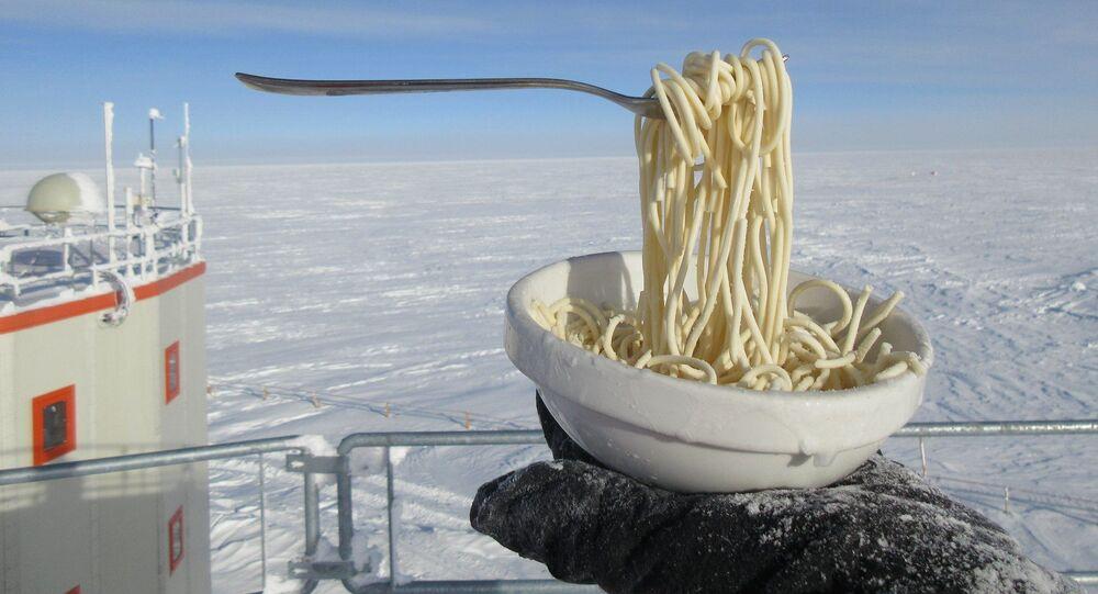تناول المعكرونة في درجة حرارة 60 تحت الصفر في القطب الجنوبي