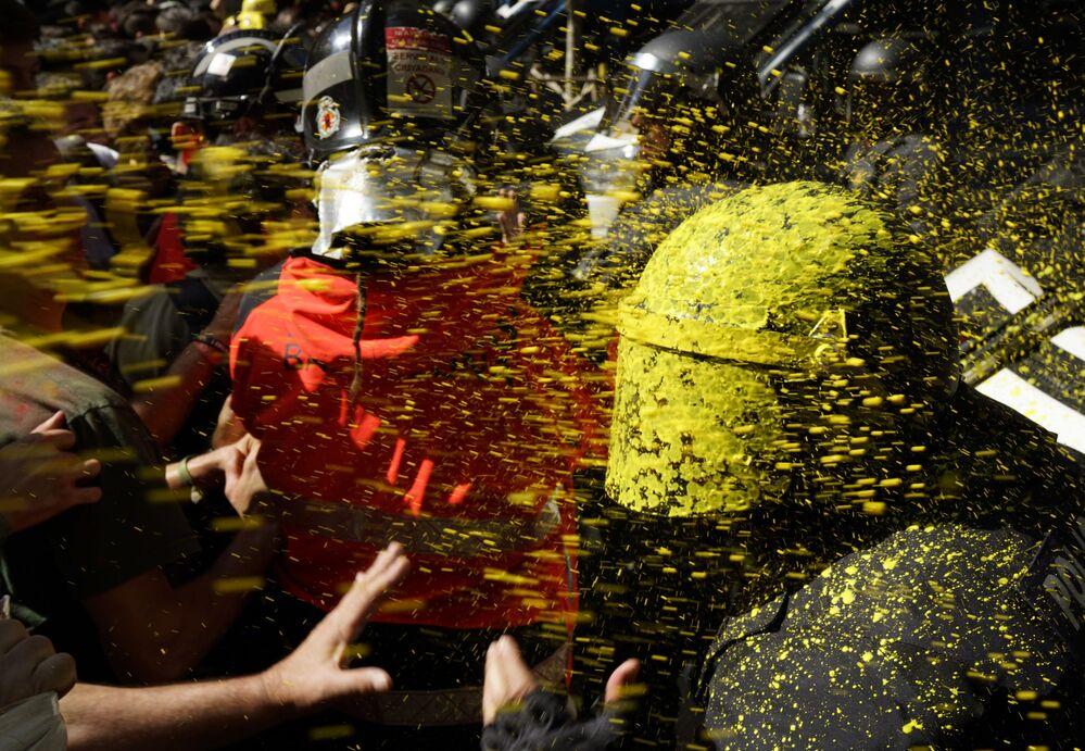 أنصار استقلال كتالونيا خلال الاشتباك مع شرطة الشغب في برشلونة، إسبانيا 29 سبتمبر/ أيلول 2018
