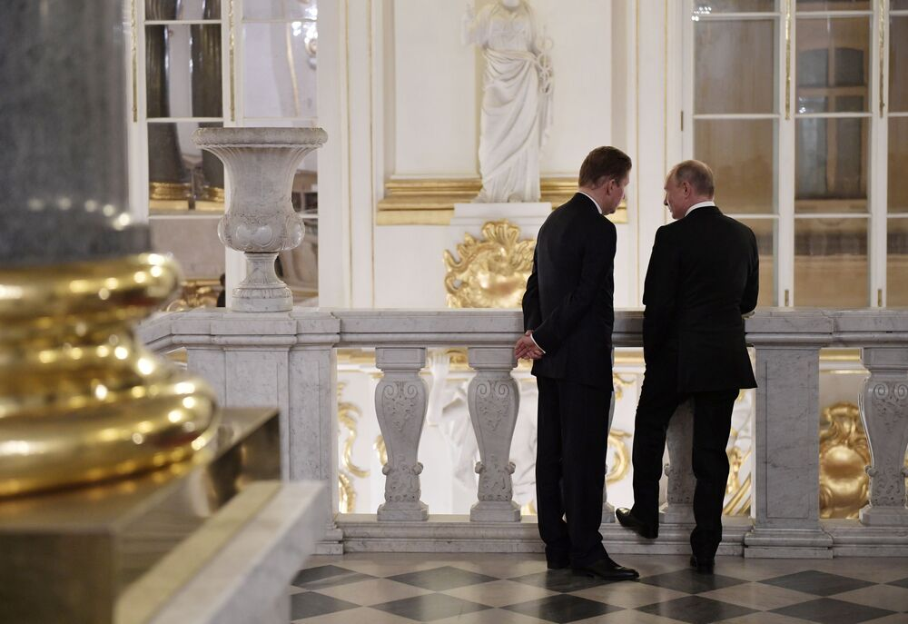الرئيس فلاديمير بوتين وممثل إدارة شركة غازبروم أليكسي ميللير في متحف إرميتاج في سان بطرسبورغ