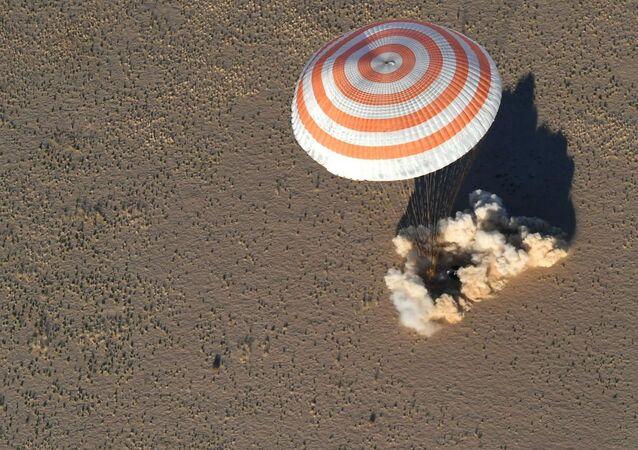 هبوط كبسولة المركبة الفضائية سويوز إم إس-08