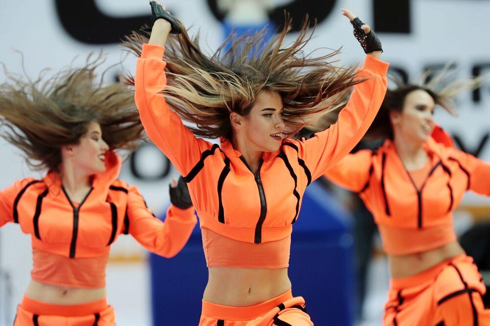 فتيات فرقة التشجيع خلال مباراة كأس بطولة باسم أ. أر. غوميلسكوغو لكرة السلة تس إس كا (موسكو، روسيا) وأناضول إفيس (اسطنبول، تركيا)
