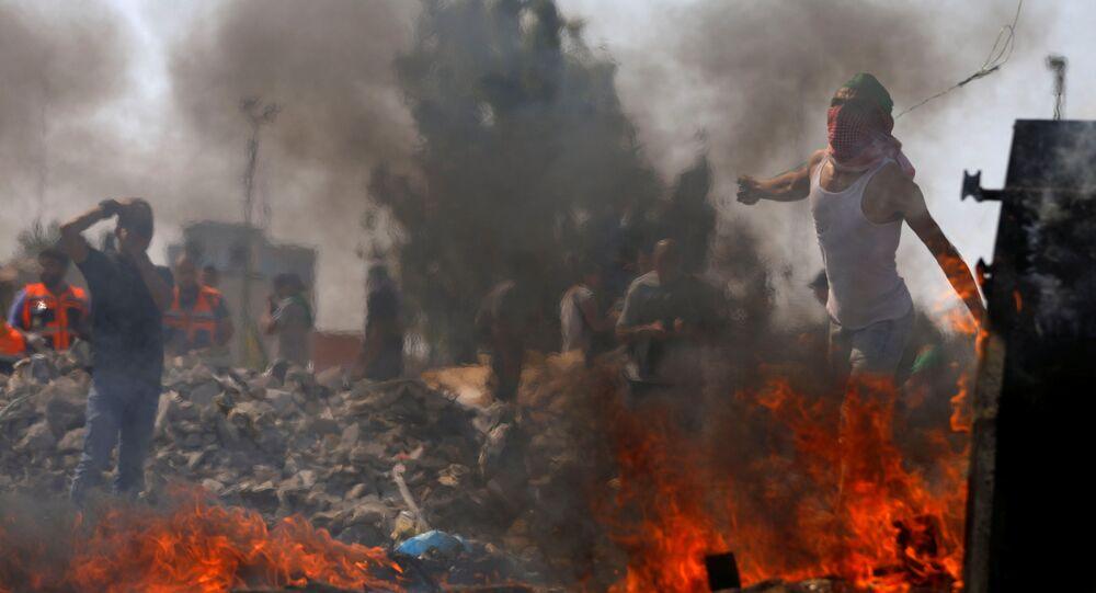 متظاهرون فلسطينيون خلال الاحتجاجات على أعمال الجيش الإسرائيلي ضد الخان الأحمر، بالقرب من مستوطنة يهودية في بيت إيل، رام الله، الضفة الغربية، 2 أكتوبر/ تشرين الأول 2018