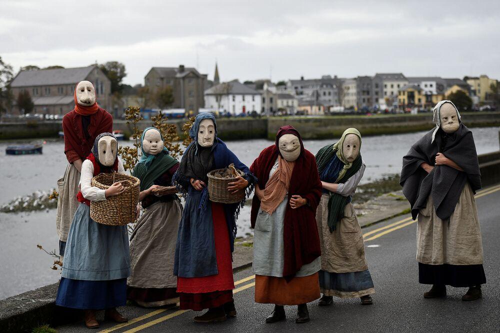 أعضاء مسرح برو تياتر خلال أداء ذا فيشروايفز في غالواي، أيرلندا 30 سبتمبر/ أيلول 2018