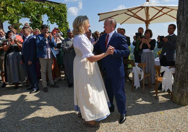 الرئيس الروسي فرديمير بوتين يرقص مع وزيرة الخارجية النمساوية كنيسل في حفل زفافها في جامليتز، 18 أغسطس/آب 2018
