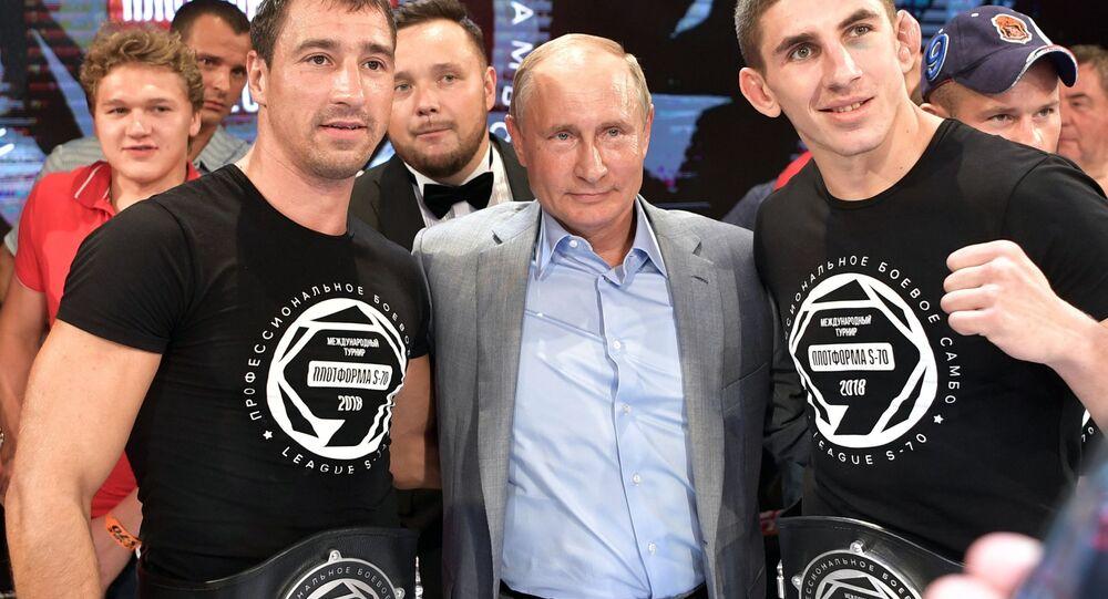 الرئيس فلاديمير بوتين أثناء مراسم توزيع الجوائز على الفائزين ببطولة العالم سامبو للقتال (بلوتفورما إس-70)، 22 أغسطس/ آب 2018
