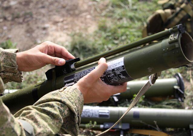 قاذف قنابل يدوية