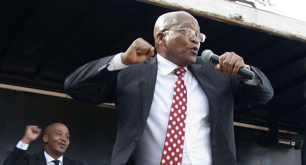 الرئيس السابق لجمهورية جنوب أفريقيا جاكوب زوما أمام أنصاره، بعد مثوله أمام المحكمة العليا في ديربان، 8 يونيو/ حزيران 2018