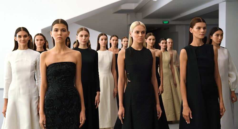 عارضات أزياء يقدمن مجموعة أزياء Wadha من تصميم القطرية وضحى الهاجري بمتحف لفنون الوسائط المتعددة في موسكو