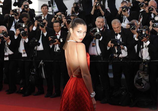 عارضة الأزياء بيلا حديد في الحفل الـ 70 لمهرجان كان السينمائي