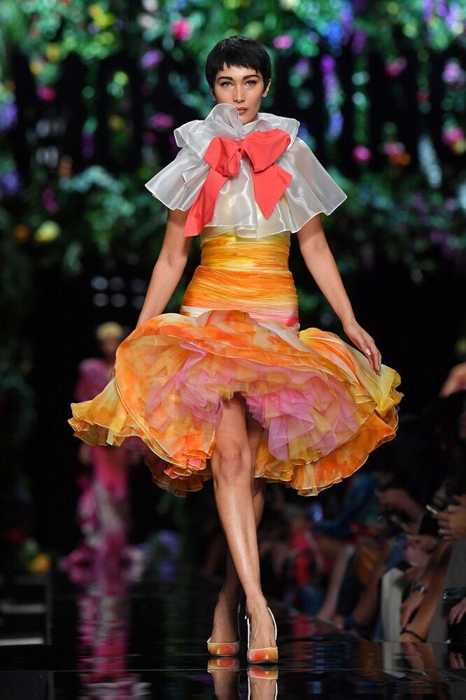 عارضة الأزياء بيلا حديد في عرض مجموعة ربيع/ صيف 2019 لدار الأزياء Moschino  في ميلانو، إيطاليا 21 فبراير/ شباط 2017